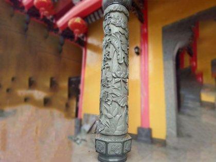荷花图案寺庙龙柱