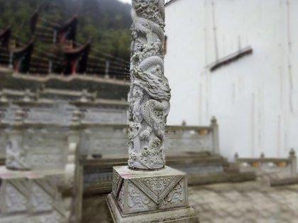 寺庙青石龙柱