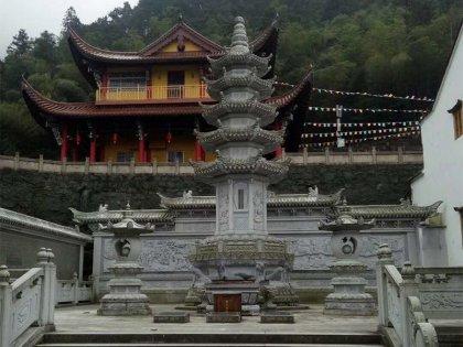 寺庙台阶处石塔